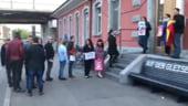 Niste romani din Elvetia s-au asezat la coada in fata sectiei de votare cu 10 zile inaintea alegerilor