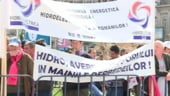 Proteste la Hidroelectrica: 200 de salariati picheteaza sediul Ministerului Economiei