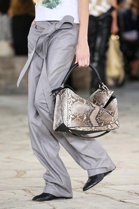 Geanta statement Vogue moda 2015 Ce se poarta in 2015! Cerceii neasortati, platformele si dantela revin la moda!