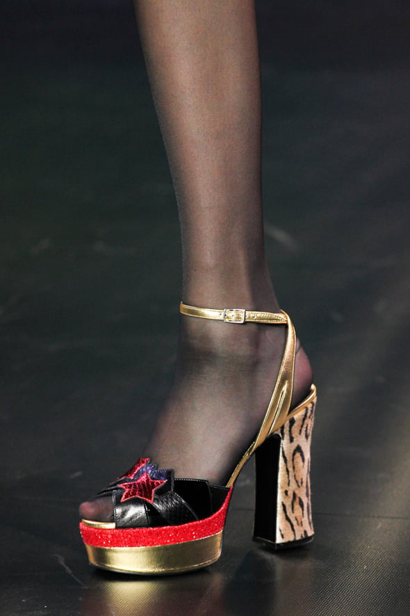 pantofi platforma Vogue moda 2015 Ce se poarta in 2015! Cerceii neasortati, platformele si dantela revin la moda!