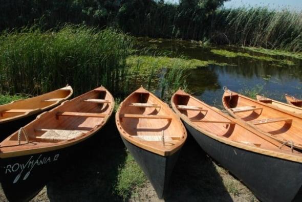 Patzaichin le aduce satenilor din Delta ''barca la poarta