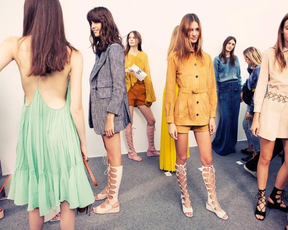 Sandalele gladiator Vogue moda 2015 Ce se poarta in 2015! Cerceii neasortati, platformele si dantela revin la moda!